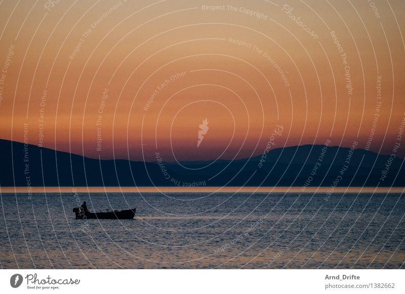 Dem Bootsmann dämmert's langsam Mensch Himmel Mann Sommer Wasser Meer Landschaft Einsamkeit Ferne Berge u. Gebirge Erwachsene Küste Freiheit Felsen orange