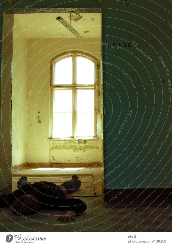 KRANKENZIMMER # 58 Mensch Mann ruhig schwarz Fenster dunkel Gebäude Lampe Innenarchitektur hell Beleuchtung Tür Raum Angst liegen maskulin