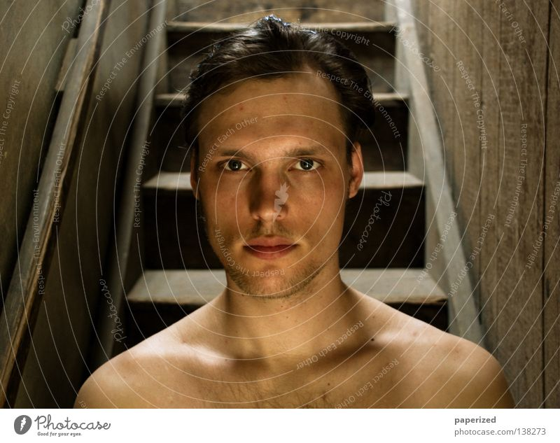 .:: Träppenfränk ::. Haare & Frisuren Sommer Dachboden Mensch Mann Erwachsene Kopf Wärme Treppe Brustbehaarung Holz dreckig nackt Nackte Haut Schulter Nacken