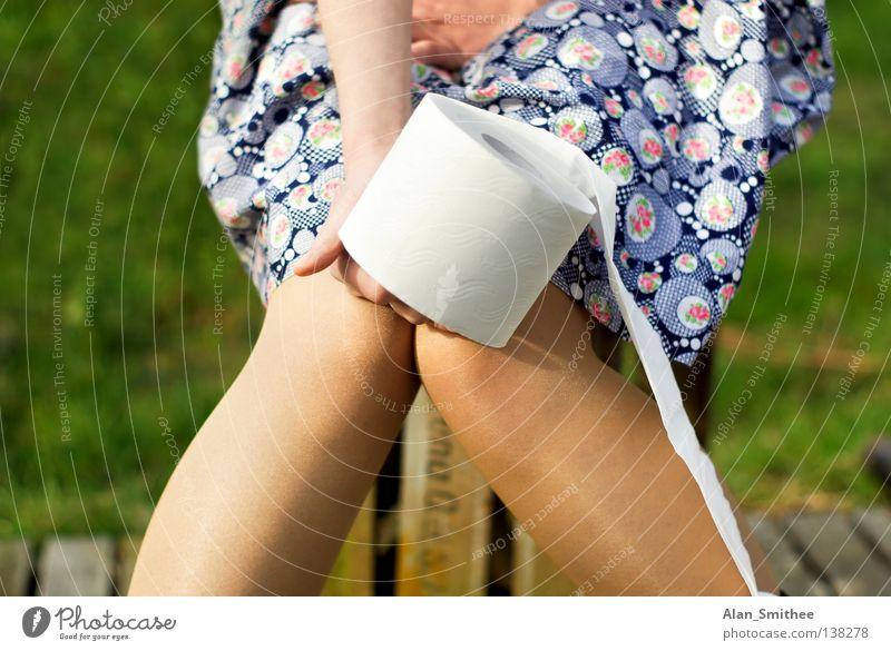 au.. ähhm.. backe! Frau Natur Hand Sommer springen Gras Holz Beine warten Bekleidung sitzen Papier Kleid Toilette Kiste Rolle