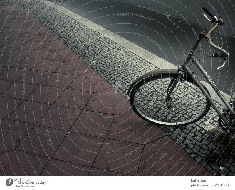 strassenkreuzer Fahrrad Oldtimer Rad Hinterhof Gitter Einfahrt Abstellplatz Fahrradweg Billig ökologisch Klimaschutz Gummi Silhouette Ständer Mauer Rücklicht