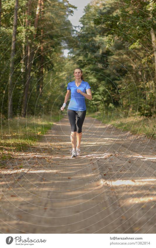 Athletische Frau, die heraus in einem Wald rüttelt Lifestyle Körper Sport Joggen Mädchen Erwachsene 1 Mensch 18-30 Jahre Jugendliche Natur Landschaft Sand