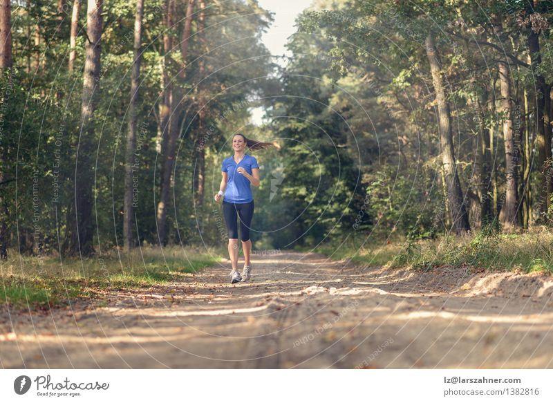 Athletische Frau, die heraus in einem Wald rüttelt Mensch Natur Jugendliche Einsamkeit Landschaft Mädchen 18-30 Jahre Erwachsene Sport Lifestyle Sand Körper