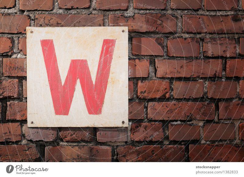 die alt Zeichen Hinweisschild Buchstaben Backstein Wand Quadrat Menschenleer dreckig Antiquität rot Objektfotografie Beschriftung