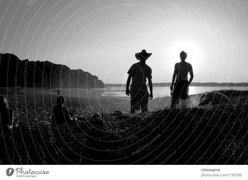 Sonnenhut Mensch Mann weiß Sommer Sonne Meer Strand schwarz Wärme Freiheit Küste Sand Freizeit & Hobby stehen Abenteuer Schönes Wetter