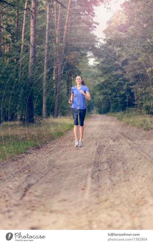 Athletische Frau, die heraus in einem Wald rüttelt Lifestyle Körper Musik Sport Joggen Technik & Technologie Mädchen Erwachsene 1 Mensch 18-30 Jahre Jugendliche