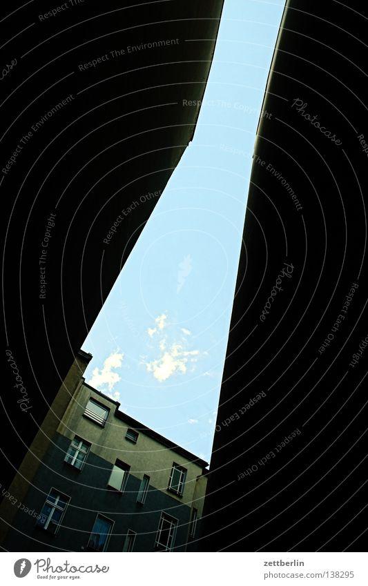 Lücke Hinterhof Lichthof Stadthaus Brandmauer Mauer eng Haus Froschperspektive Berlin hinterhaus Himmel Plattenbau Ferne blau Sonne Perspektive mietspiegel