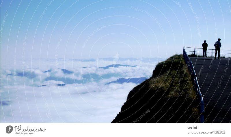 unendliche Weiten Aussicht Plattform Wolken Unendlichkeit Luft Am Rand Berghang Gras über den Wolken Horizont Berge u. Gebirge Tal blau Mensch Himmel Straße