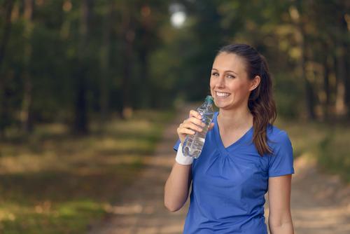 Geeignete junge Frau, die Tafelwasser trinkt Getränk trinken Lifestyle Glück Körper Gesicht Wellness Sommer Sport Mädchen Erwachsene 1 Mensch 13-18 Jahre