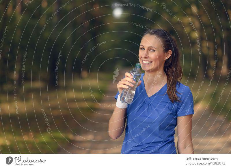 Mensch Frau Natur Jugendliche Sommer Mädchen Wald Gesicht Erwachsene Sport lachen Glück Lifestyle frisch Körper Aktion