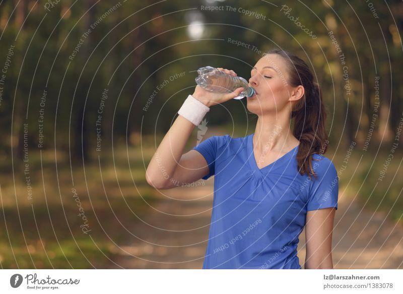 Geeignete junge Frau, die Tafelwasser trinkt Mensch Natur Jugendliche Sommer Mädchen Wald Gesicht Erwachsene Sport lachen Glück Lifestyle frisch Körper Aktion