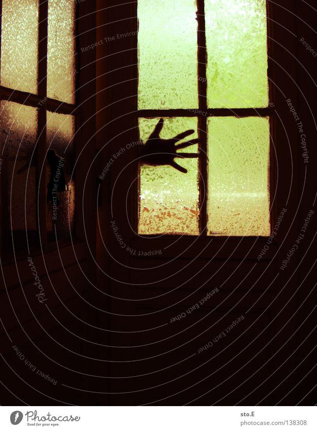 LAUERN pt.2 Mensch alt Hand grün rot Einsamkeit ruhig schwarz Fenster dunkel Gebäude Innenarchitektur Beleuchtung Raum Glas Angst