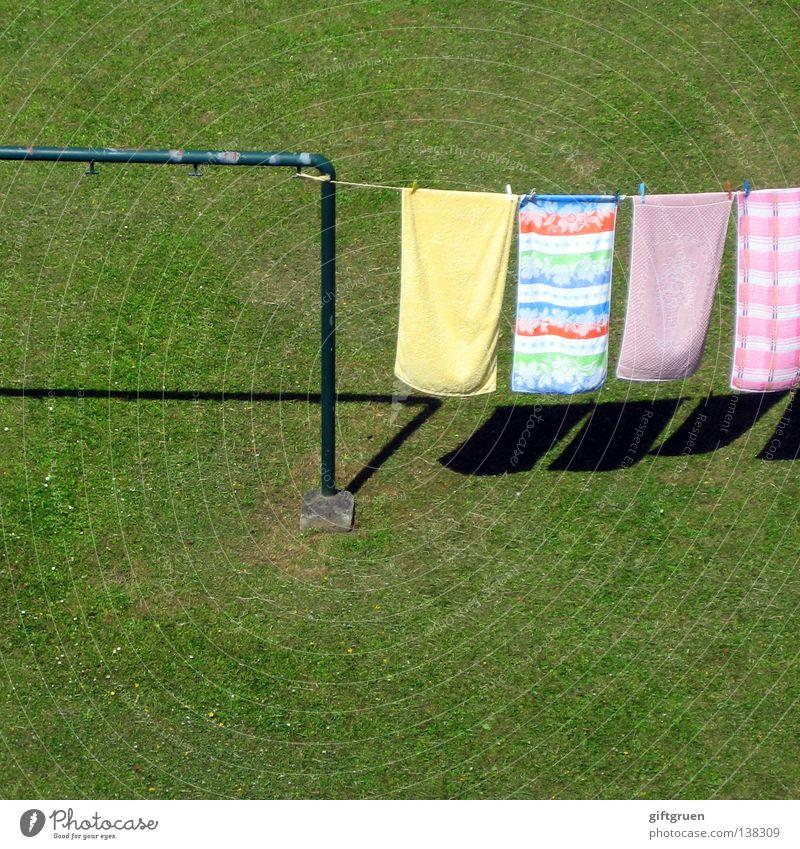 waschtag Arbeit & Erwerbstätigkeit Wiese Gras Seil Bekleidung Bad hängen Wäsche waschen Haushalt Berghang trocknen Handtuch Wäscheleine Klammer Waschmittel