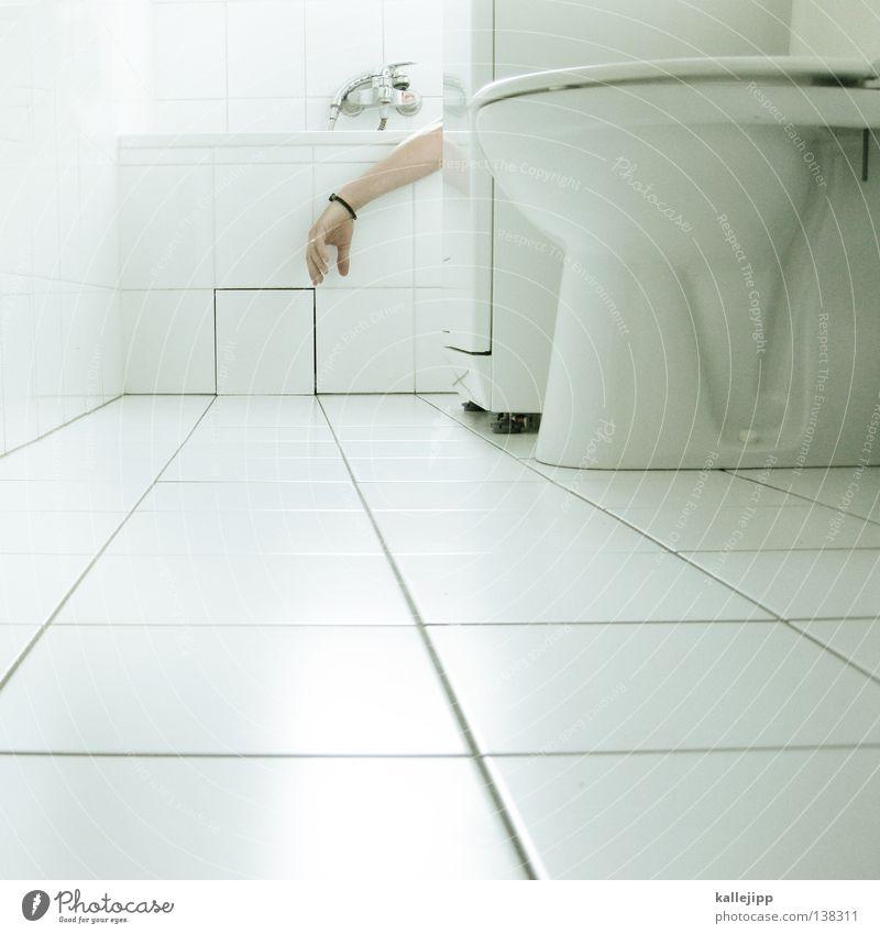 otto rehhagel Bad Mann stehen urinieren Pinkler maskulin Barfuß Erholung Hand Leiche Körperflüssigkeit Harndrang WCsitz steril Bakterien Sauberkeit weiß Fuge