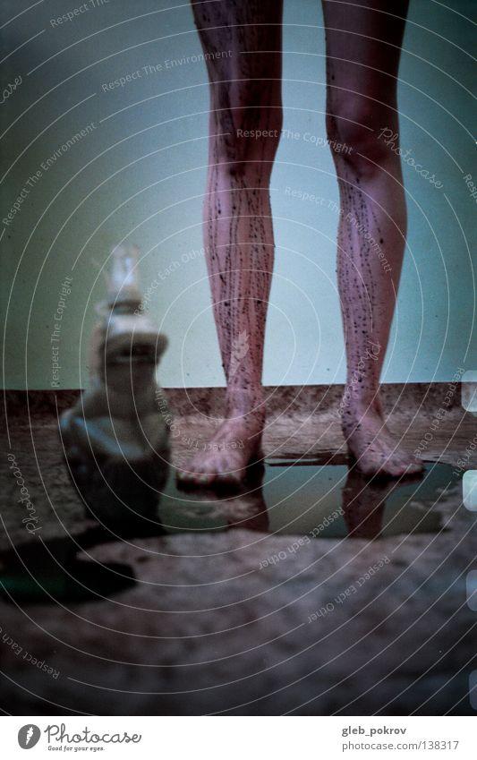 black squirt. Frau Wasser Hand Freude schwarz nackt Beine Kunst Hintergrundbild Finger Bodenbelag Filmindustrie Kitsch Müll Hose analog
