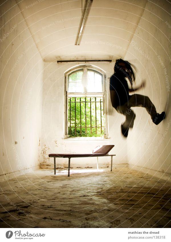 JUMP AROUND! Liege dunkel bedrohlich Gitter Fenster gebrochen Einsamkeit Hoffnung Raum Lampe Froschperspektive Bett Sofa Gestell streben Eisen gekrümmt