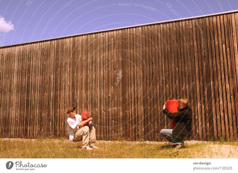 CHIP & CHAP Freude Handwerk Mensch maskulin Mann Erwachsene Jugendliche 2 Himmel Sonne Sommer Gras Umarmen lustig rot weiß Gefühle Fröhlichkeit Lebensfreude