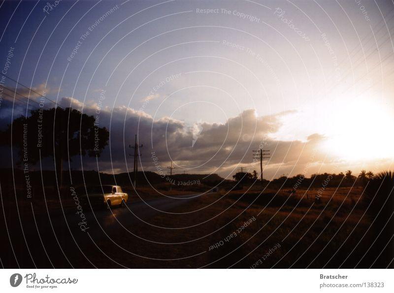Kuba • km 3500 Tourismus Tourist Ferien & Urlaub & Reisen fahren kommen Sonnenuntergang Sehnsucht dunkel Fernweh Heimweh Oldtimer Wolken Fernfahrer unterwegs