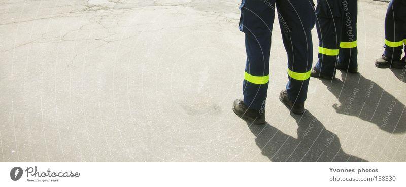 Men at work Sicherheit Barriere Asphalt trist stehen Pause Mauer 3 Arbeit & Erwerbstätigkeit Absicherung Arbeiter Arbeitsbekleidung Schutzbekleidung Mann