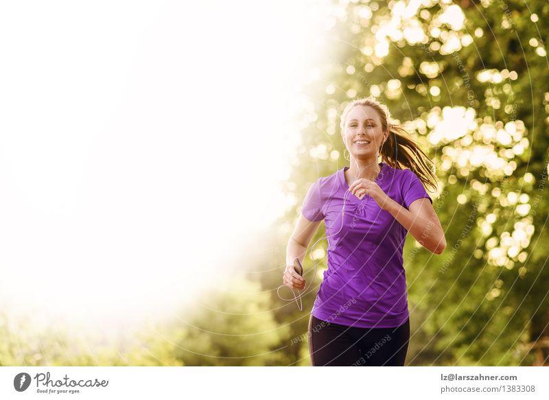 Frau, die Musik beim Rütteln hört Mensch Jugendliche Farbe Sommer Baum Landschaft Blatt Erwachsene Straße Herbst Bewegung Sport Glück Lifestyle Park