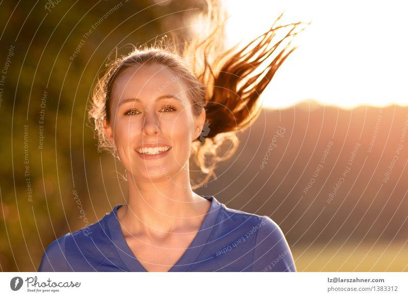 Attraktive Frau, die heraus in glühendem Licht trainiert Mensch Natur Jugendliche blau schön Sommer Landschaft Mädchen 18-30 Jahre Gesicht Erwachsene Wärme
