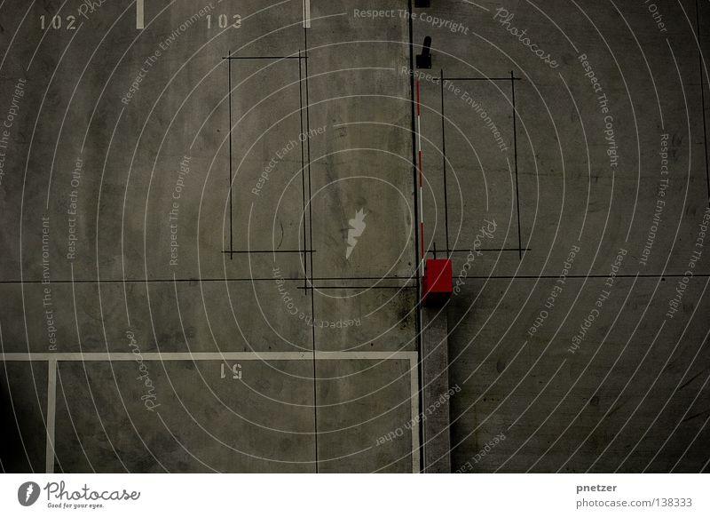 Asphalt Park Platz Verkehr Schranke rot weiß grau Symmetrie Vogelperspektive parken trist Hochhaus Fenster Verkehrswege Schilder & Markierungen Architektur