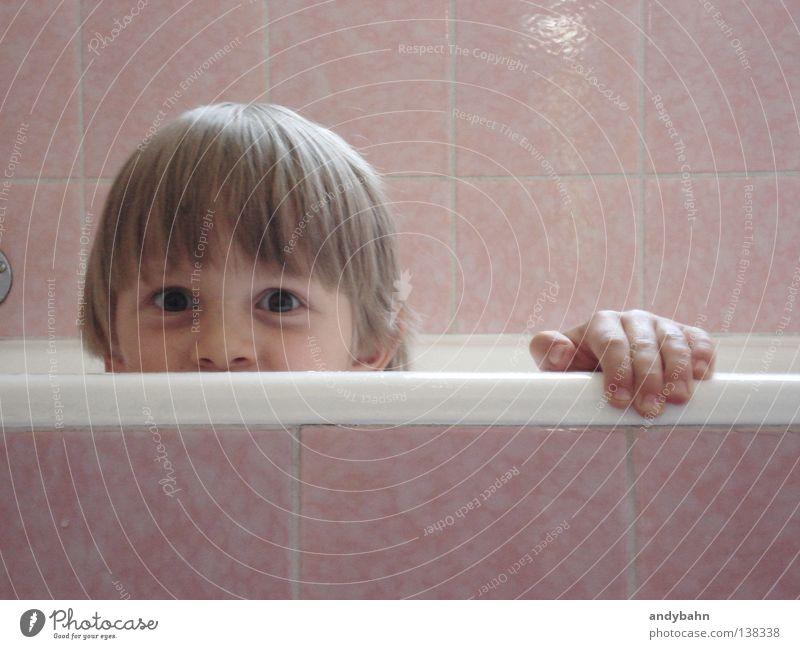 Erlebnisbad Bad Badewanne Schaum Kind blond rosa Spielen Lebensfreude nass Sauberkeit Kleinkind Schwimmen & Baden Wasser Junge Fliesen u. Kacheln Blick