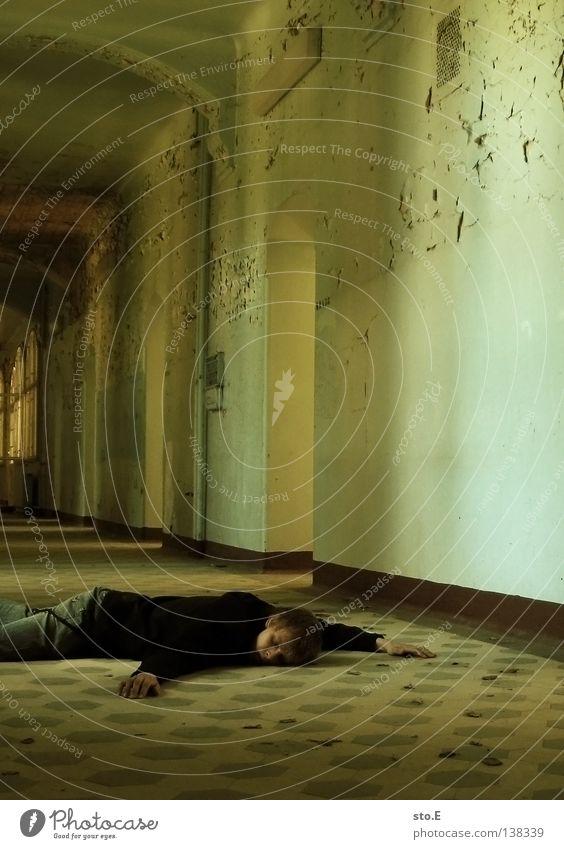 PATIENT #58 Kerl Mann maskulin Jugendliche Gebäude Raum Flur verdunkeln Schatten Lichteinfall erleuchten Beleuchtung Durchgang Türrahmen Zarge schwarz Lampe