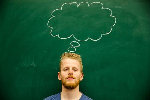 Gedanken Mensch Jugendliche Mann grün Junger Mann 18-30 Jahre Erwachsene Denken Schule maskulin leer lernen Studium Idee Bildung Erwachsenenbildung