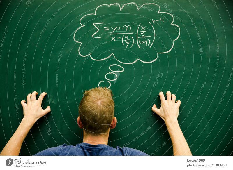 Student oder Schüler versucht schwere Formel zu lösen Bildung Wissenschaften Schule lernen Klassenraum Tafel Lehrer Berufsausbildung Studium Hochschullehrer