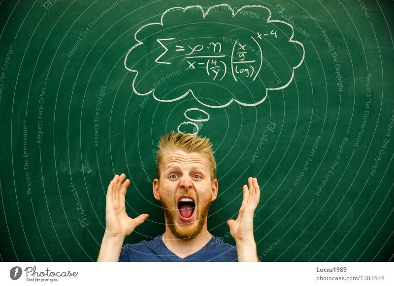 junger Mann schreit, verzweifelt über Formel Mathematik Physik Bildung Wissenschaften Erwachsenenbildung Schule lernen Klassenraum Tafel Schüler Lehrer
