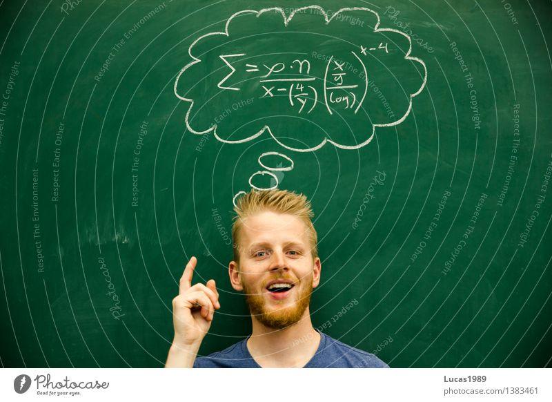 Mann hat eine Idee, schwierige mathematische Formel, Lösungsweg, Lösung Bildung Erwachsenenbildung Schule lernen Klassenraum Tafel Schüler Lehrer