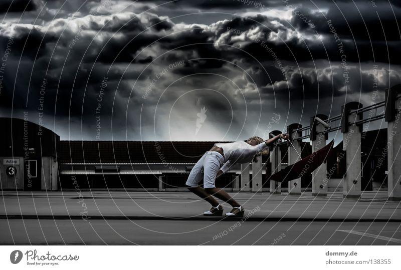 bullettime Frau stehen fliegen Regenschirm Apokalypse Park Parkdeck Parkhaus Mauer Wolken Stadt bedrohlich blond weiß schwarz dunkel biegen Sturm Licht Schuhe 3