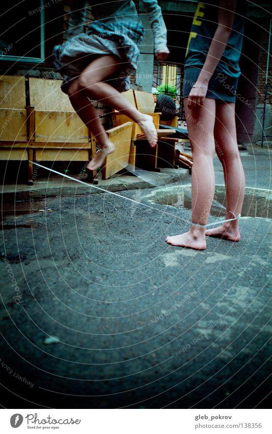 liquid jump. Kind Jugendliche Hand Mädchen Straße Spielen springen Beine träumen Kunst Freizeit & Hobby fliegen Bekleidung Körperhaltung Kleid Kitsch