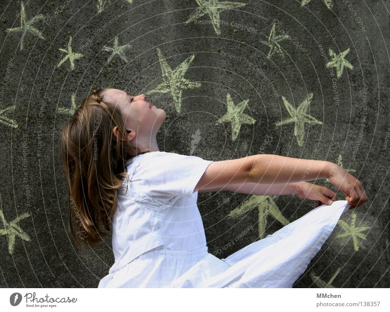 Sterntaler Kind weiß Mädchen Freude Einsamkeit dunkel Wand Spielen lachen Arme Stern (Symbol) Kleid fangen Hemd Sammlung Märchen