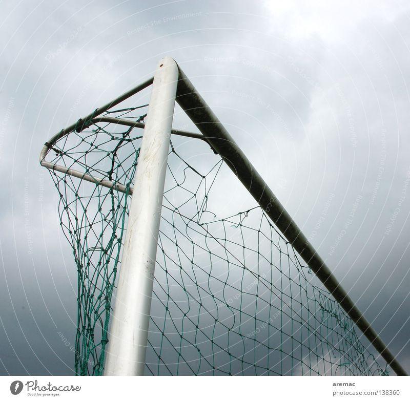 0:1 Wolken schwarz Loch Spielen Sport Freizeit & Hobby Ballsport Fußball Tor >Netz Pfosten Wetter Dreiangel Außenaufnahme