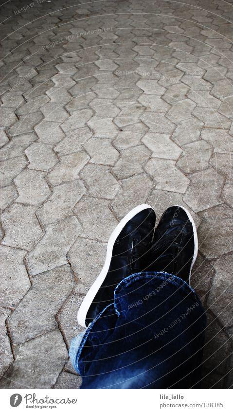 Pause auf dem langen Weg Schuhe Kopfsteinpflaster Egoperspektive Jeanshose Hose Langeweile Verkehrswege Wege & Pfade Straße sitzen liegen warten am Boden fallen