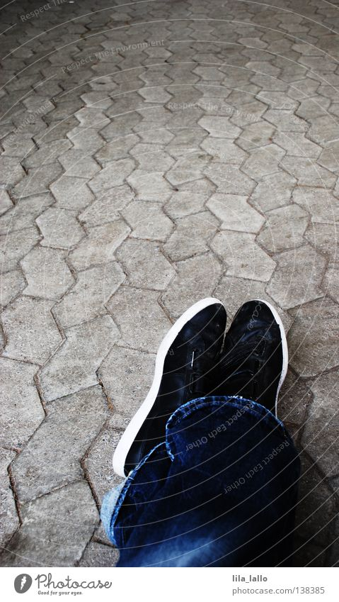 Pause auf dem langen Weg Straße Wege & Pfade liegen Schuhe sitzen laufen Verkehr warten einzeln Kreis fallen Jeanshose Bürgersteig Hose Konzepte & Themen