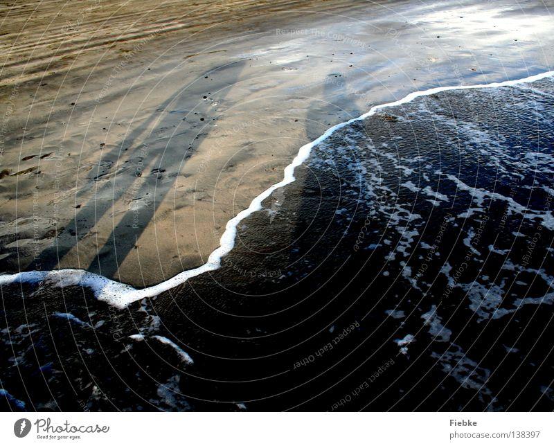 Abendlicher Strandspaziergang Meer Sandkorn Wellen Schaum Meerwasser Schuhe Ferien & Urlaub & Reisen Sommer Erholung Sonnenuntergang Ebbe Gezeiten Fußspur