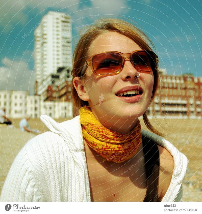 Sixties Frau schön Freude Strand gelb lachen Stimmung orange Brille Schweiz England Sechziger Jahre Brighton