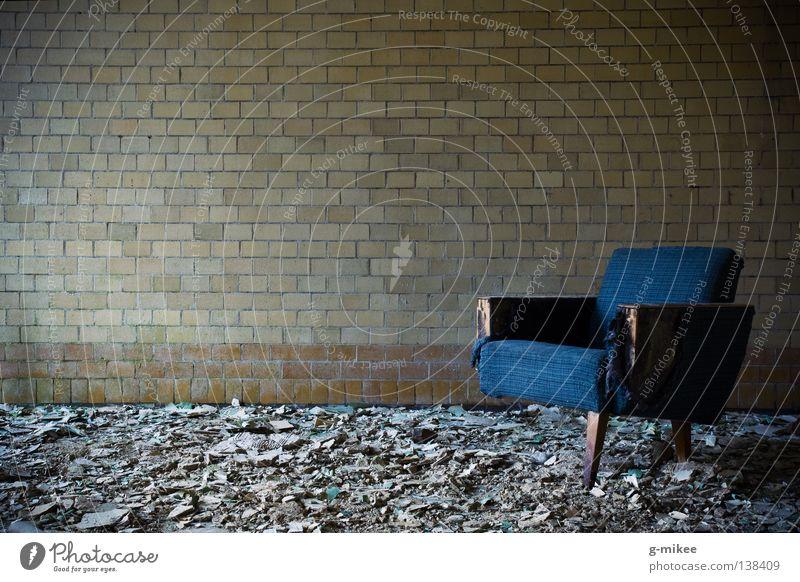 waiting to die ruhig Einsamkeit Wand Tod Mauer Raum Trauer Stuhl kaputt Frieden Vergänglichkeit gruselig verfallen Verzweiflung Ruine schäbig
