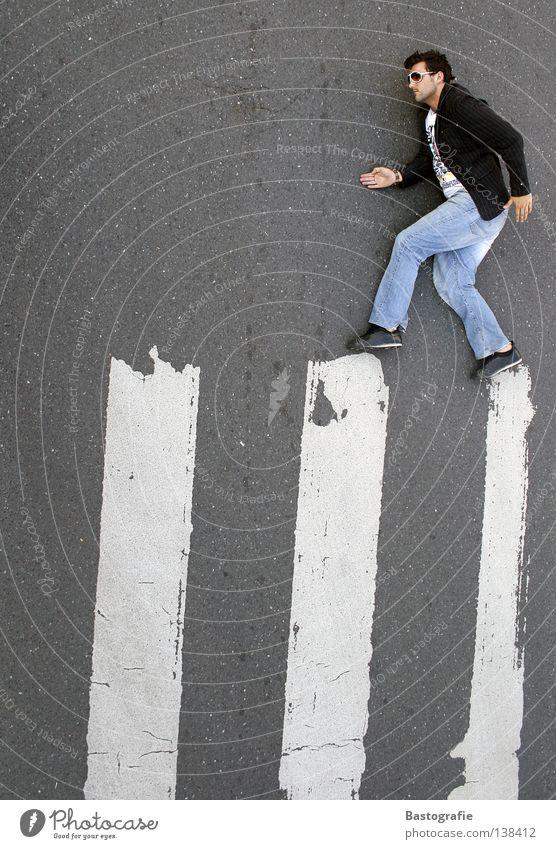 der mit dem zebra tanzt Mann Gesetze und Verordnungen Schuhe Freude Bewegung lustig Tanzen gehen hoch Verkehr Fröhlichkeit Perspektive Streifen Coolness Körperhaltung Spaziergang