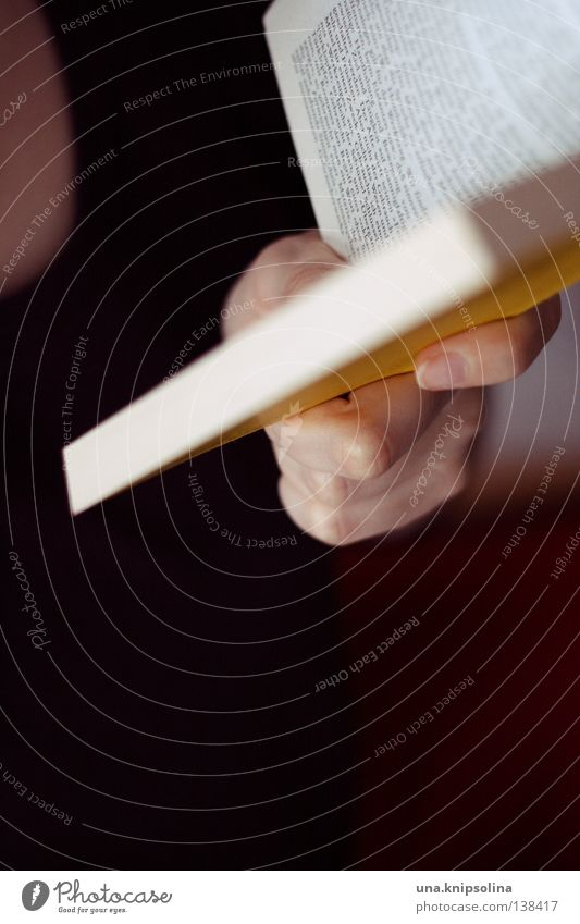 bücherwurm Hand Buch lernen Studium lesen Buchstaben Bildung festhalten Seite dramatisch Text Leser Literatur Lexikon gelehrt Zeile