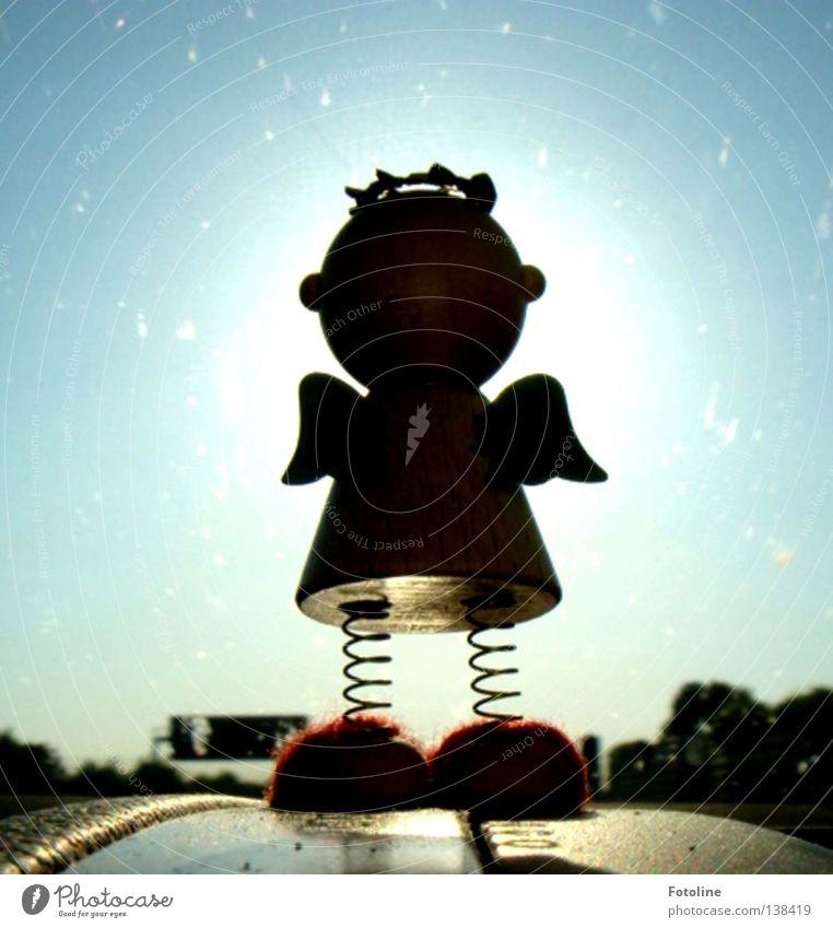 Ein kleiner Schutzengel schaut, ob die Straße frei ist Autobahn Licht Heiligenschein Kleid Wolken Baum Himmel Engel Aura Sonne Schilder & Markierungen PKW