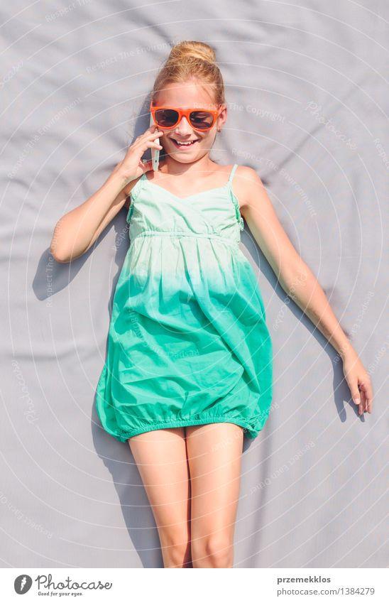 Junges Mädchen, das mit ihrem Schulfreund spricht Lifestyle Glück schön Erholung Freizeit & Hobby Sommer Kind sprechen Telefon Handy Mensch Jugendliche 1
