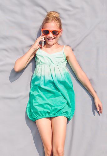 Junges Mädchen, das mit ihrem Schulfreund spricht Mensch Kind Jugendliche schön Sommer Erholung sprechen Glück Lifestyle Freizeit & Hobby modern authentisch