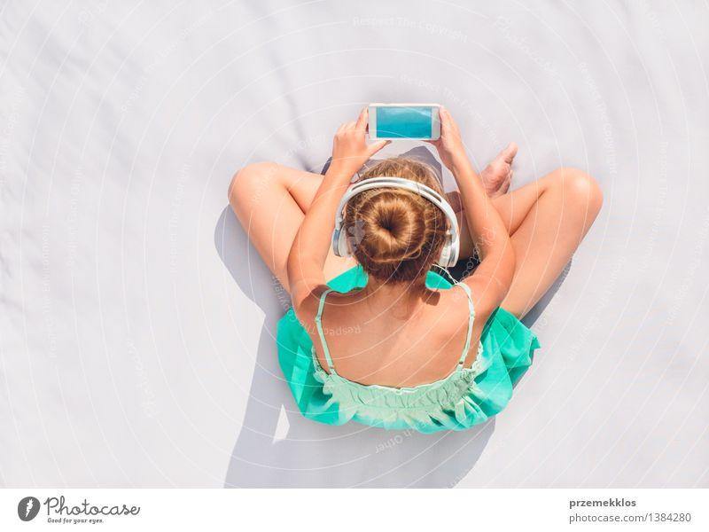 Mädchen, das Musik vom Handy hört Lifestyle Erholung Freizeit & Hobby Sommer Kind Telefon Mensch Jugendliche 1 8-13 Jahre Kindheit Tür beobachten hören sitzen