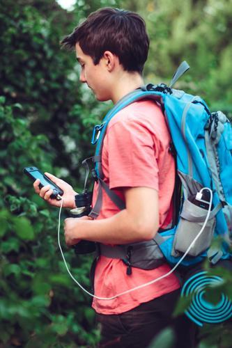 Junge, der Handy während der Reise auflädt Mensch Ferien & Urlaub & Reisen Jugendliche Sommer wandern 13-18 Jahre Ausflug Abenteuer Geldinstitut Sommerurlaub