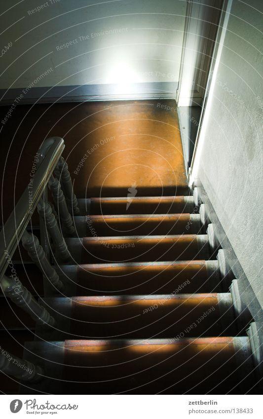 Treppe Treppenhaus Haus Stadthaus Mieter Vermieter Treppenabsatz Eingang Angst Panik Häusliches Leben Leiter Geländer Schatten bedrohlich Stalker Tür
