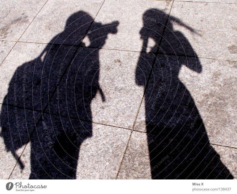 Paparazzi Frau Mensch Mann schwarz Straße grau Beine Erwachsene Asphalt Verkehrswege Fotograf Fotografieren unterwegs steinig Schattenspiel